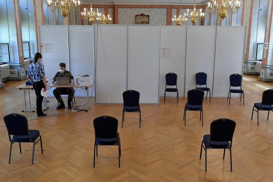 Im Corona-Testzentrum im Städtischen Festsaal in Freiberg sind am Montag viele Stühle im Warteraum leer geblieben. Die Nachfrage nach den Schnelltests ist deutlich gesunken