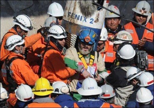 Die spektakuläre Rettung der 33 Bergleute in Chile ist das Medienereignis des Jahres. Neben internationalen Fernsehsendern wie CNN und Al-Jazerra berichteten auch etliche deutschen Medien live von der Bergung, andere boten Sondersendungen an. Europäische Journalisten waren ebenso an dem Bergwerk in der Atacama-Wüste präsent wie ihre Kollegen aus der Türkei oder vom chinesischen Staatsfernsehen. Das Foto zeigt die Bergung von Jorge Galleguillos, der als Elfter aus dem verschütteten Schacht geholt wurde. Er leidet unter Bluthochdruck, kam jedoch wohlauf an der Erdoberfläche an.