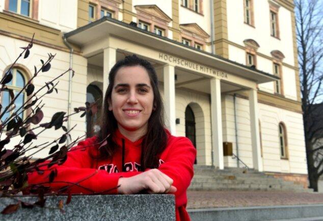 Ane Zuniga Gurruchaga aus Spanien vor dem Haupthaus der Hochschule Mittweida.