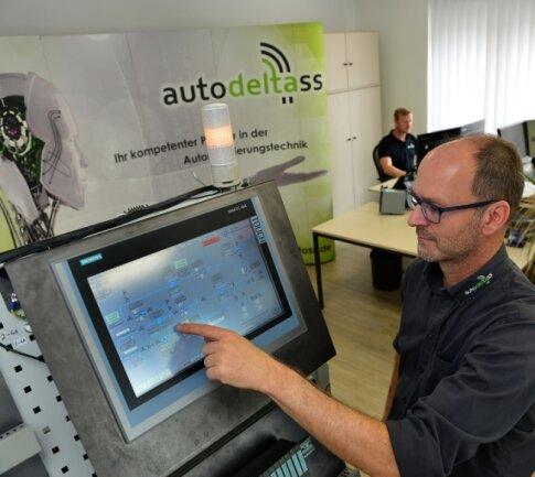 Andreas Schulz, Leiter des Bereichs Anlagenbau, an einer Steuerung für ein Pumpwerk der Trinkwasserversorgung.