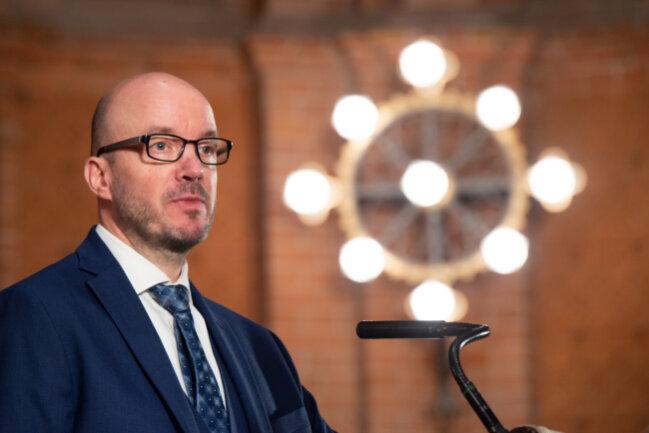 Die 677.000 Mitglieder der Evangelisch-lutherischen Landeskirche Sachsen haben ein neues Oberhaupt. Bei der Wahl zum Landesbischof am Samstag in Dresden setzte sich Tobias Bilz im dritten Wahlgang durch.