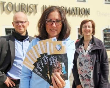 Anja Fiedler (M.), Ulrike Jurk und Jörg Woidniok präsentieren die neuen Tickets für die Silberstadtbahn.