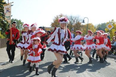 Gute Laune versprühte der Jocketaer Carnevalclub, der mit einer Polonaise die Straße entlangzog.