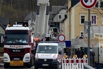 Dieser Kran wurde gestern in Gornsdorf für den Brückenbau der Bahnstrecke zwischen Chemnitz und Aue aufgestellt.