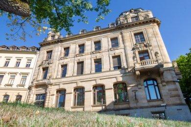 Nach der Schmidt-Bank nutzte die Commerzbank noch bis 2016 Teile der Weststraße 2. Dann stand das 1903 errichtete und denkmalgeschützte Gebäude der ehemaligen Plauener Bank komplett leer.