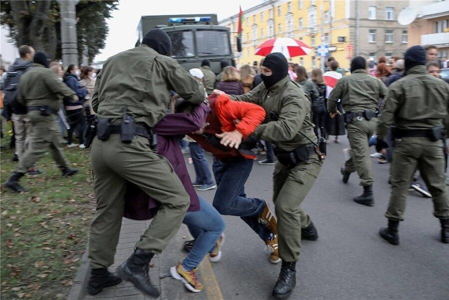 Polizisten in Minsk nehmen Unterstützer der inhaftierten Oppositionspolitikerin Maria Kolesnikowa bei einer Demonstration fest.