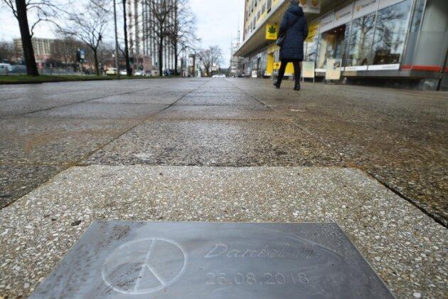 Die Gedenkplatte an der Brückenstraße wurde an der Stelle, an der Daniel H. getötet worden war.