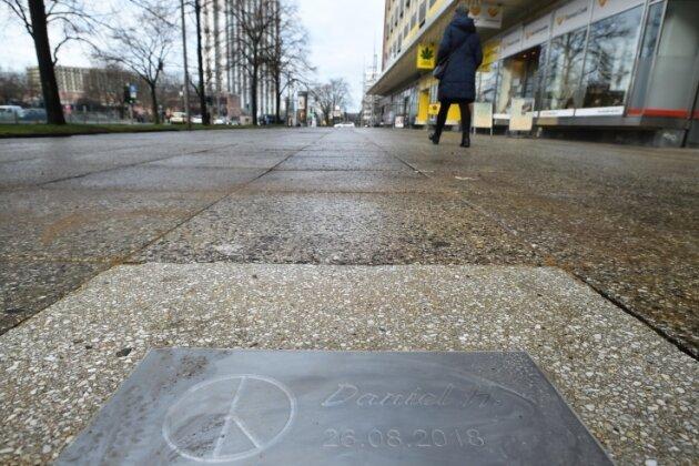 Die Gedenkplatte an der Brückenstraße, wo der Daniel H. am 26. August getötet wurde.
