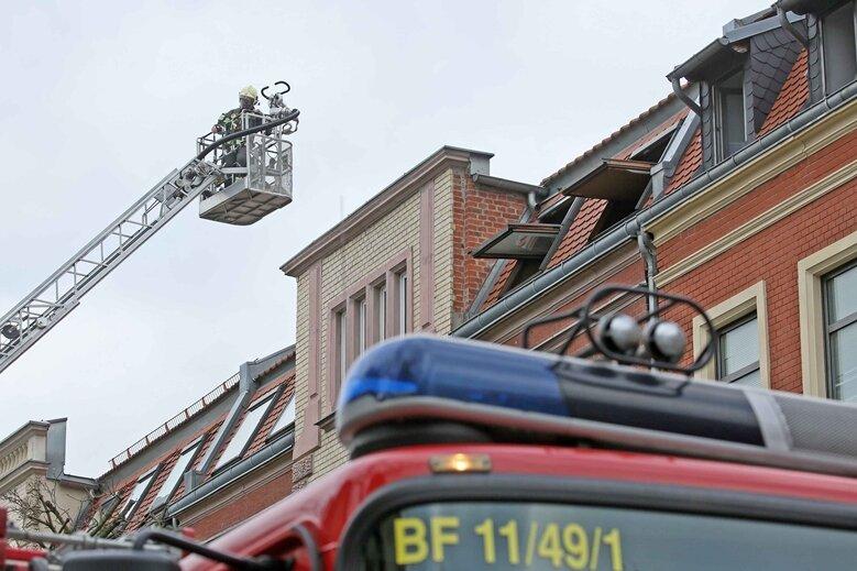 Mit einem Großaufgebot ist die Feuerwehr am Freitag zu einem Wohnungsbrand in der nahe des Konzert- und Ballhauses gelegenen Edmundstraße in Zwickau ausgerückt