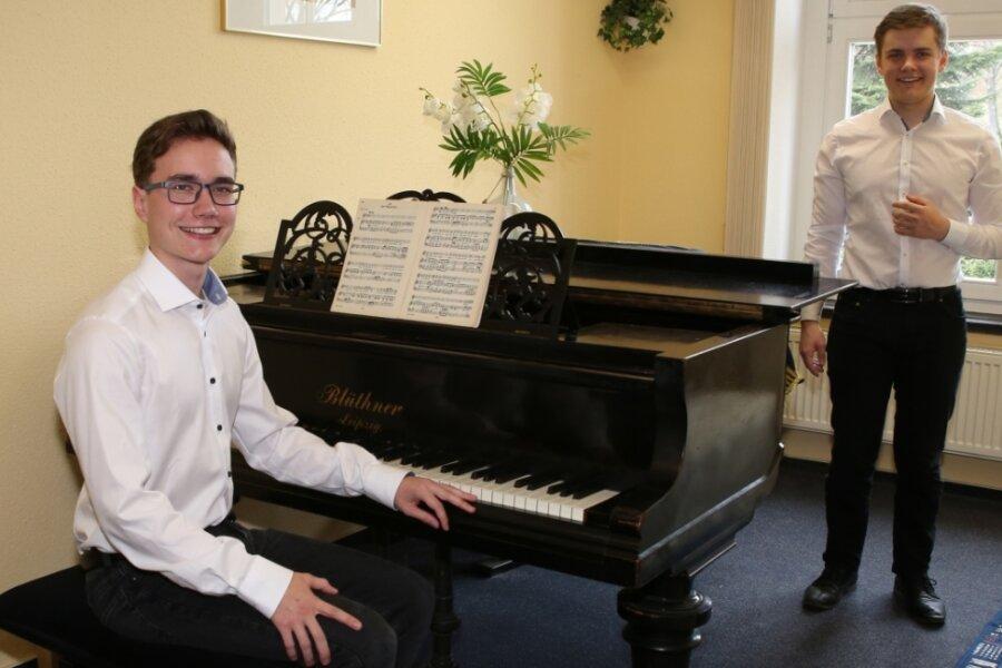 """Sänger Sebastian Wäntig (rechts) aus Beierfeld und Pianist Arne Degenkolb aus Bernsbach haben es im Bereich Kunstlieder zum Bundeswettbewerb """"Jugend musiziert"""" geschafft - und waren erfolgreich."""