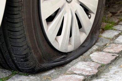 Insgesamt zwölf Reifen an elf Autos wurden am Wochenende auf dem Sonnenberg, wie hier an der Uhlandstraße, zerstochen.