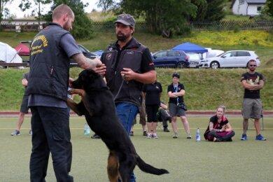 Das Interesse am Workshop mit Hundetrainer Oliver Neubrand (vorn rechts) in Johanngeorgenstadt war groß. Martin Hänsel (links) war mit seiner Wilma aus der Nähe von Bautzen angereist.