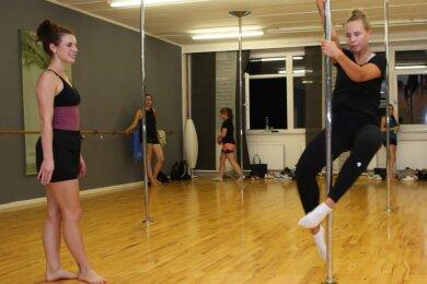 Ein Bild aus besseren Tagen: Pauline Becher gehört zu den Showgirls. Im September startete auch sie mit der Pole-Fitness und ließ sich von Isabell Wallner (links) trainieren.