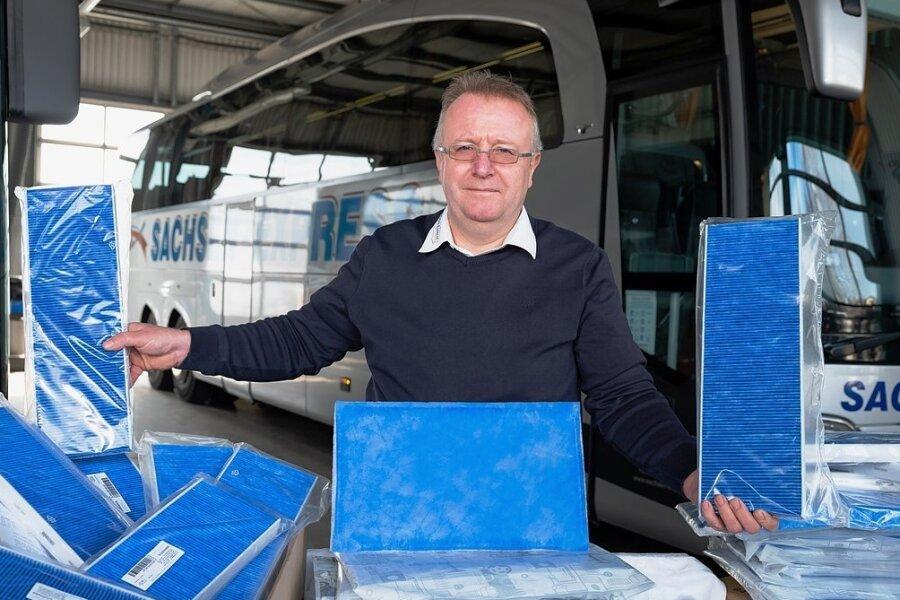 Für saubere Luft im Bus: Heiko Hammer, Geschäftsführer des Reisedienstes Sachsen-Express in Freital, stattet seine Busse mit Hochleistungspartikelfiltern aus. Die sollen mit ihrer antiviralen Funktionsschicht auch feine Aerosole herausfiltern.