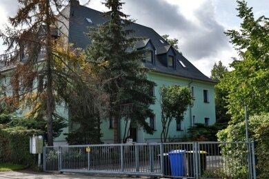 Das Wohnhaus an der Virchowstraße 16 ist zweigeschossig mit ausgebautem Dachgeschoss. Von den sechs Wohnungen sind drei vermietet.