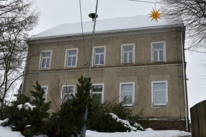 Die Neue Schule in Seifersdorf, in der sich auch der Jugendclub befindet, soll in diesem Jahr eine neue Fassade und ein neues Dach erhalten. Doch diese Investition ist nicht unumstritten.