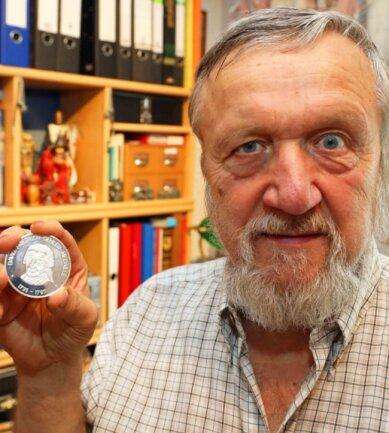 Jürgen Martin zeigt die David-Friedrich-Oehler-Medaille, mit der seit 2005 ehrenamtliches Engagement in Crimmitschau belohnt wird.