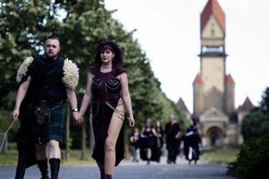 Besucher verlassen nach der Führung «Grabgeflüster» einen Friedhof in Richtung Wave-Gotik-Treffen.