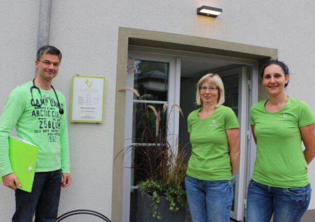 Zum Praxisteam von Allgemeinmediziner Dr. Mario Klein gehören die Schwestern Kristin Riedel (rechts) und Anja Knödler.