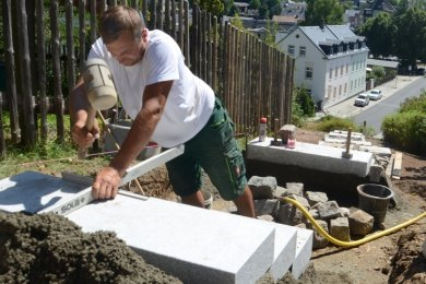 Andreas Kuhn von der Firma Roscher und Partner Schönfels bei Arbeiten an der neuen Treppe zwischen Bach- und Bahnhofstraße.