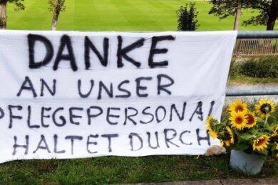 Eine Geste der Anerkennung vor dem von zahlreichen Coronafällen betroffenen Pflegeheim Haus Ölbaum am Ludwigsweg in Markneukirchen.