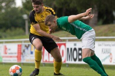 Zugänge unter sich: Lukas Böhme (l.), der von Fortuna Langenau zum BSC Freiberg wechselte, und Michael Nickel, der aus Hessen nach Lichtenberg kam, trafen mit ihrem Teams beim Sommer-Cup aufeinander.