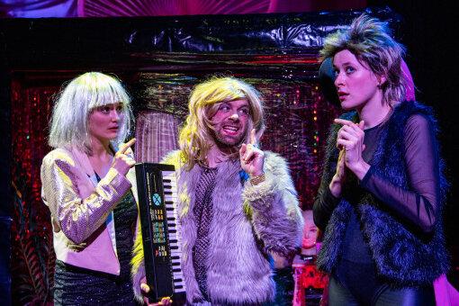 "Marlene-Sophie Haagen, Fabian Raabe und Carolin Wiedenbröker in ""Sex Smells""."