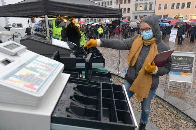 Bei der Demonstration am Freitag auf dem Freiberger Obermarkt - im Bild Gewerbevereinschefin Anke Krause -wurde die Forderung nach einer sofortigen Öffnung der Geschäfte, Hotels und Lokale laut.