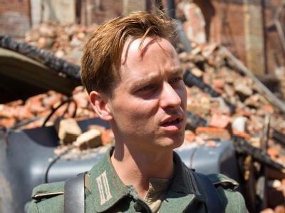 Schauspieler Tom Schilling als Wilhelm Winter 2011 bei den Dreharbeiten für den Film «Unsere Mütter, unsere Väter».