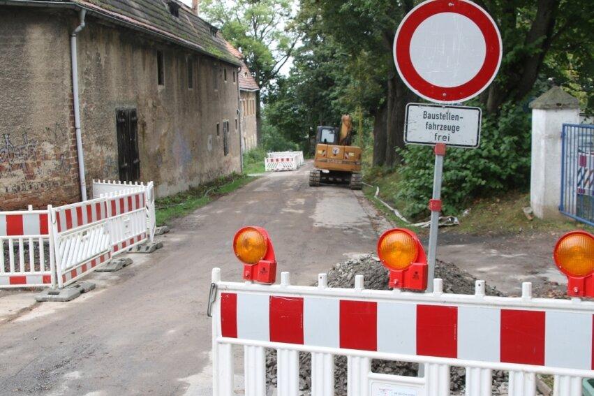 In der Jägerhofgasse in Augustusburg wird derzeit der Kanal gebaut. Bis zum 3. Dezember müssen Autofahrer noch mit Behinderungen rechnen.