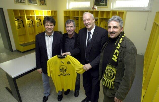 Planer Steffen Fugmann, VfB-Manager Volkhardt Kramer, DFB-Vize Hans-Georg Moldenhauer und Oberbürgermeister Manfred Deckert (von links) sahen sich die schmucke Kabine der Heimmannschaft an.