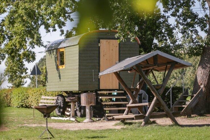 Dieser Bauwagen, der am Sportplatz in Köthensdorf aufgestellt ist, wird als Jugendklub genutzt. Etwa zehn junge Leute aus dem Ort und aus Taura treffen sich dort fast täglich.