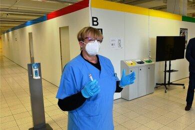 Die Ehrenvorsitzende des Sächsischen Hausärzteverbandes, Ingrid Dänschel, hat bereits praktische Erfahrung im Umgang mit der Corona-Schutzimpfung bei ihren Einsätzen im Impfzentrum für den Landkreis Mittelsachsen in Mittweida gesammelt. Nun fordert sie den schnellen Beginn der Impfungen in den Hausarztpraxen.