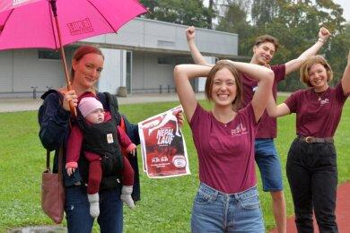 Freuen sich auf den 17. Nepallauf am kommenden Wochenende: von links Mitorganisatorin Sarah Gaidzik (mit Mathilda) sowie die Zwölftklässler Leonie Mann, André Hammerschmidt und Marlene Clausnitzer.