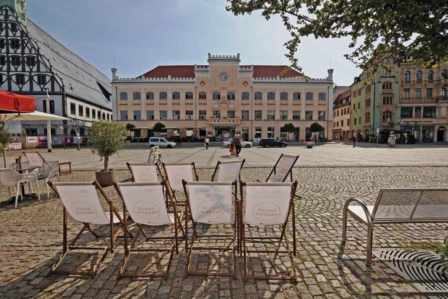 Wer rückt auf den Chefsessel im Zwickauer Rathaus? Drei Frauen und zwei Männer wollen die Nachfolge von SPD-Oberbürgermeisterin Pia Findeiß antreten. Ein Thema im Wahlkampf ist das Gewandhaus (links), dessen Wiedereröffnung sich nach langer Sanierungszeit weiter verzögert.