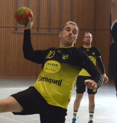 Konrad Grünwald (links beim Torwurf im Derby gegen Lengenfeld) traf viermal gegen die Fraureuther. Er erhöhte sein Saisonkonto damit auf 24 Treffer, bester Oelsnitzer Werfer ist Felix Bechler mit 27 Toren.