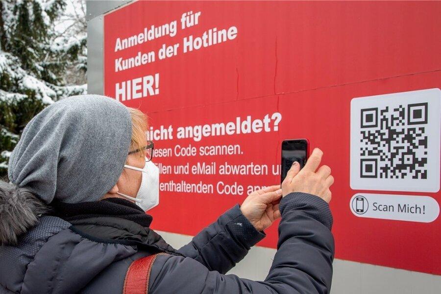 Beate Wriedrich meldete sich vorige Woche im Augustusburger Testzentrum per Handy zum Schnelltest an. Ab 1. April soll die Anmeldung zwingend vorab erfolgen, um einen unkontrollierten Ansturm zu vermeiden.