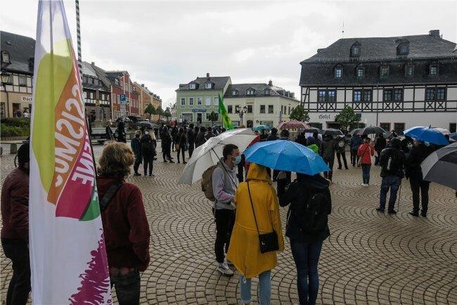 """Rund 120 Teilnehmer versammelten sich am Montagabend auf dem Zwönitzer Markt. Zu der genehmigten Kundgebung hatte das Bündnis """"Aufstehen gegen Rassismus"""" aufgerufen."""