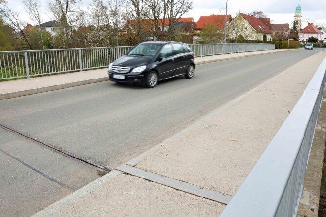 Die Brücke über die Werdauer Waldbahn, über die die Holzstraße verläuft, ist eine Sanierungsfall. Die Arbeiten beginnen im Juli. Foto: Thomas Michel