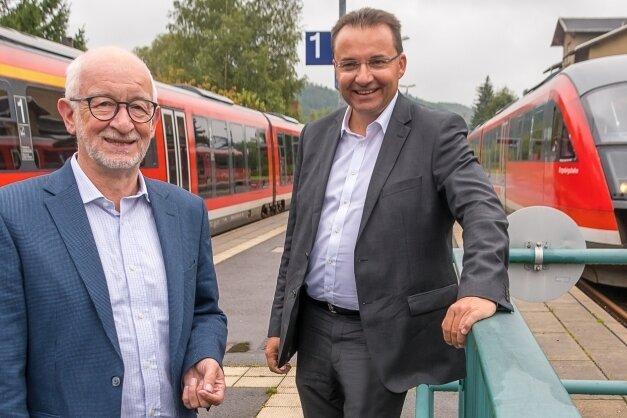Grünen-Landtagsabgeordneter Gerhard Liebscher hat bei der Besichtigung der stillgelegten Zugstrecke mit Bürgermeister Ingolf Wappler (r.) auch den Bahnhof Pockau-Lengefeld begutachtet.