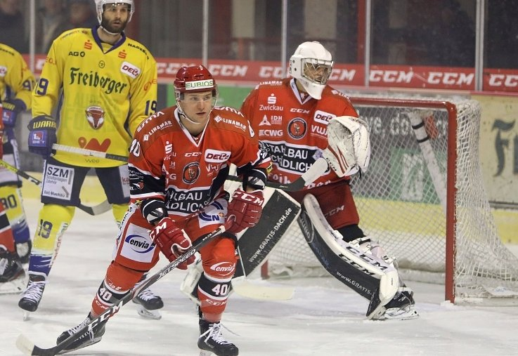 Philipp Halbauer (vorn) wird nicht mehr für die Eispiraten verteidigen.