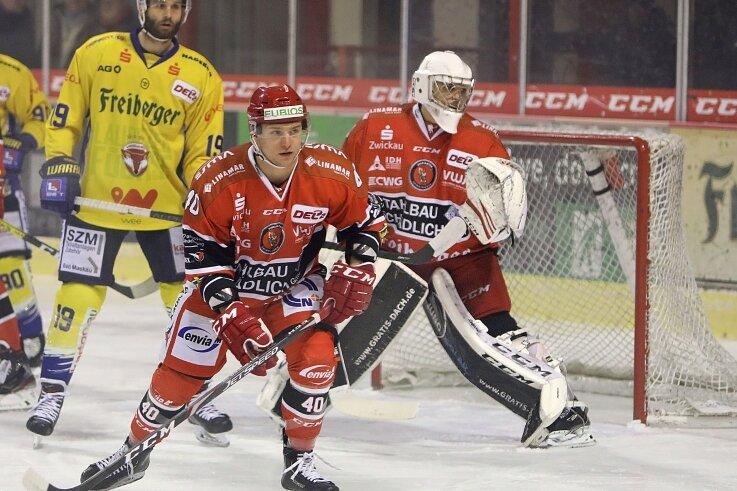 Mark Arnsperger (hier hinter Philipp Halbauer) stand am Dienstag im Eispiraten-Tor. Am Freitag kommt Michael Bitzer zum Einsatz.