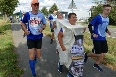 Neben sportlich ambitionierten Mitarbeitern beteiligten sich auch rennende Schaltschränke am Flexiva-Firmenlauf.