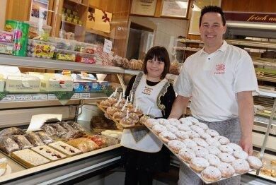 Kai Friedrich - auf dem Foto mit seiner Tochter Philine - präsentiert seine Köstlichkeiten zum Fasching.