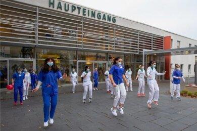 """Patienten, Ärzte, Pfleger und Krankenschwestern des Plauener Helios Vogtland-Klinikums tanzten im November zum Hit """"Jerusalema"""" gegen Corona-Sorgen."""