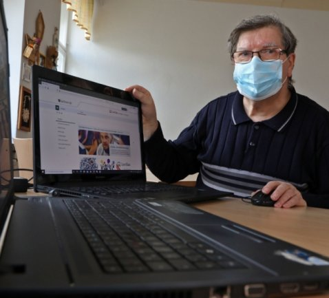Die Maske sitzt, die Laptops sind bereit. Im Frauenzentrum Lichtenstein wartet Andreas Müller auf die ersten Anmeldungen.