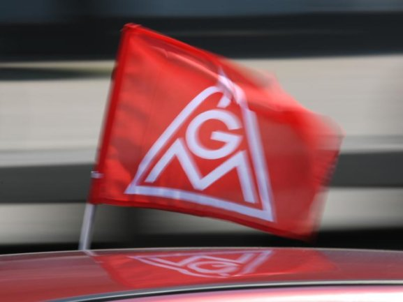 Eine rote IG-Metall-Flagge.
