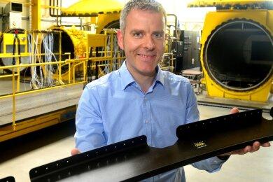 Cotesa-Chef Steffen Kress mit einem Leichtbauteil für Flugzeuge, das im Mittweidaer Werk gefertigt wird.