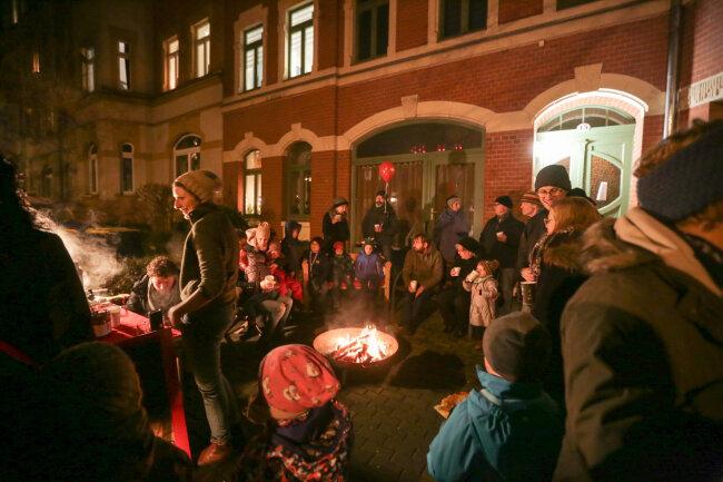 Besucher konnten sich am Feuer wärmen.