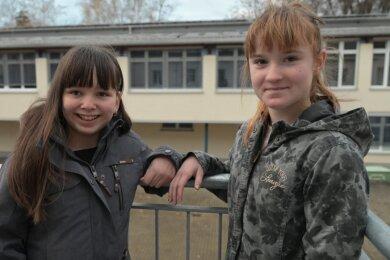 Die beiden Elfjährigen blühen bei den Karate Fighters in Oelsnitz regelrecht auf und haben schon den Orangefarbenen Gürtel: Dara Böhm (links) und Mia Köhler.